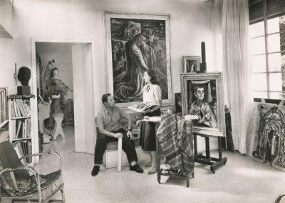 Raquel Forner y Alfredo Bigatti en el estudio de la pintora, 1952.