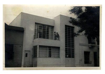 Raquel Forner y Alfredo Bigatti en el balcón de la casa, 1937.